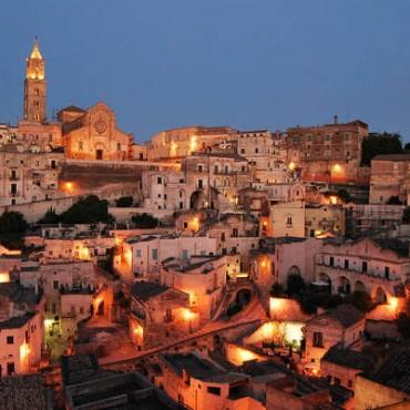 Matera è nota anche come città dei Sassi, proprio per la peculiarità e l'unicità del suo centro storico.