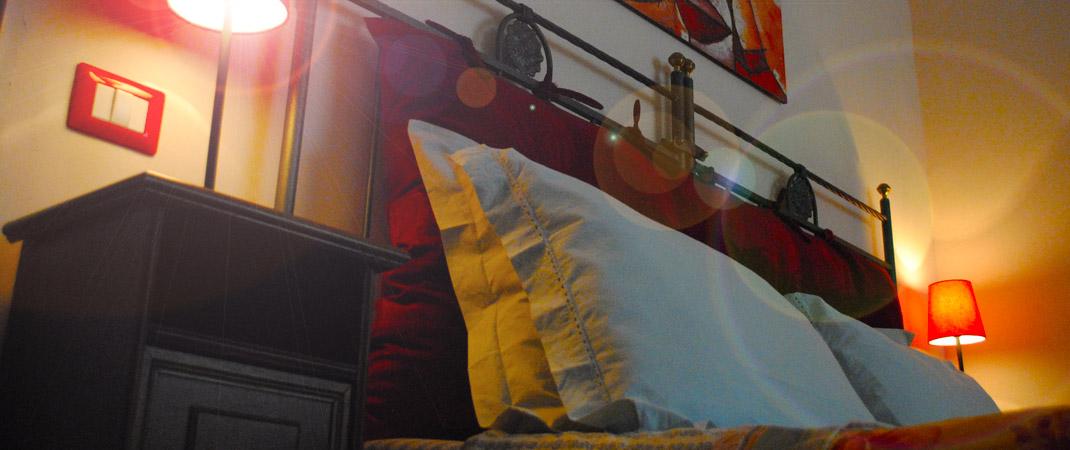 La Camera Rubino calda e accogliente, ideale per trascorrere le vostre vacanze nel B&B La Casa nei Sassi.