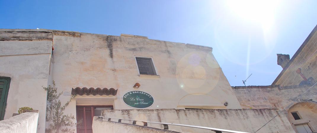Situato nel cuore del Sasso Barisano, nel centro storico della città di Matera, il B&B La Casa nei Sassi offre accoglienti camere arredate in sintonia con l'ambiente, bagno privato, mini-frigo e connessione Wi-Fi gratuita.
